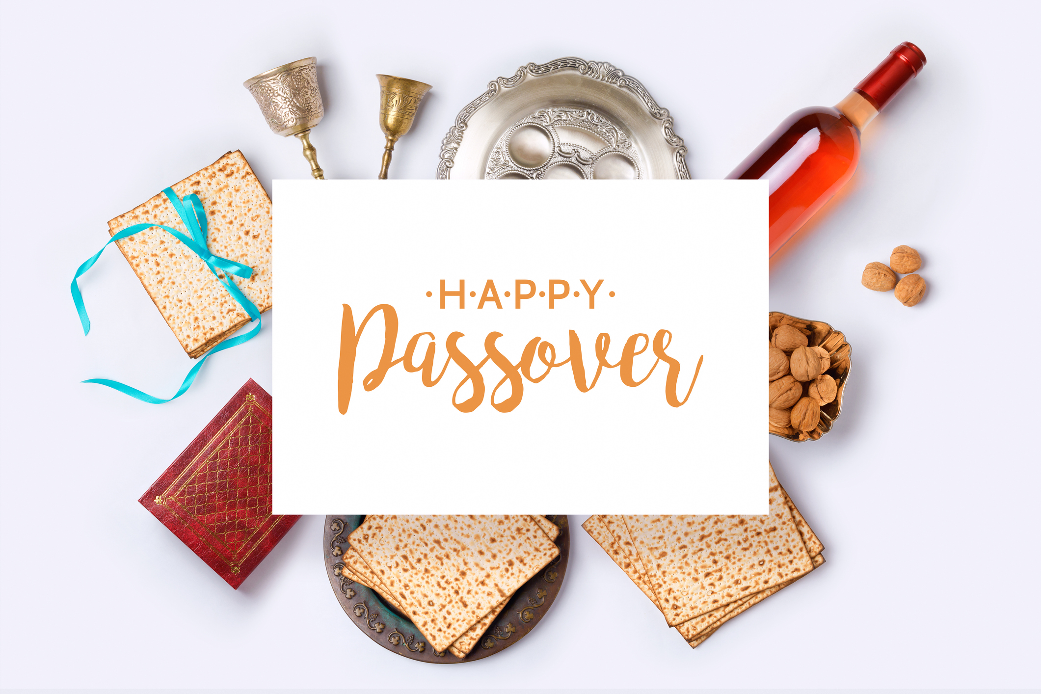 Jewish holiday Passover banner design with wine, matza and seder plate on white background. View from above. Flat lay (Jewish holiday Passover banner design with wine, matza and seder plate on white background. View from above. Flat lay, ASCII, 118 co
